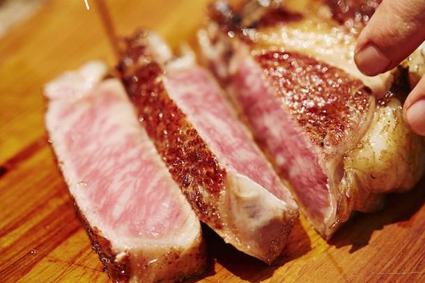 綺麗なピンク色に焼けたお肉で飯テロの壁紙